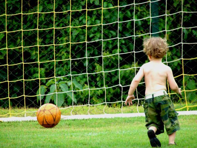 Criança-Jogando-Futebol